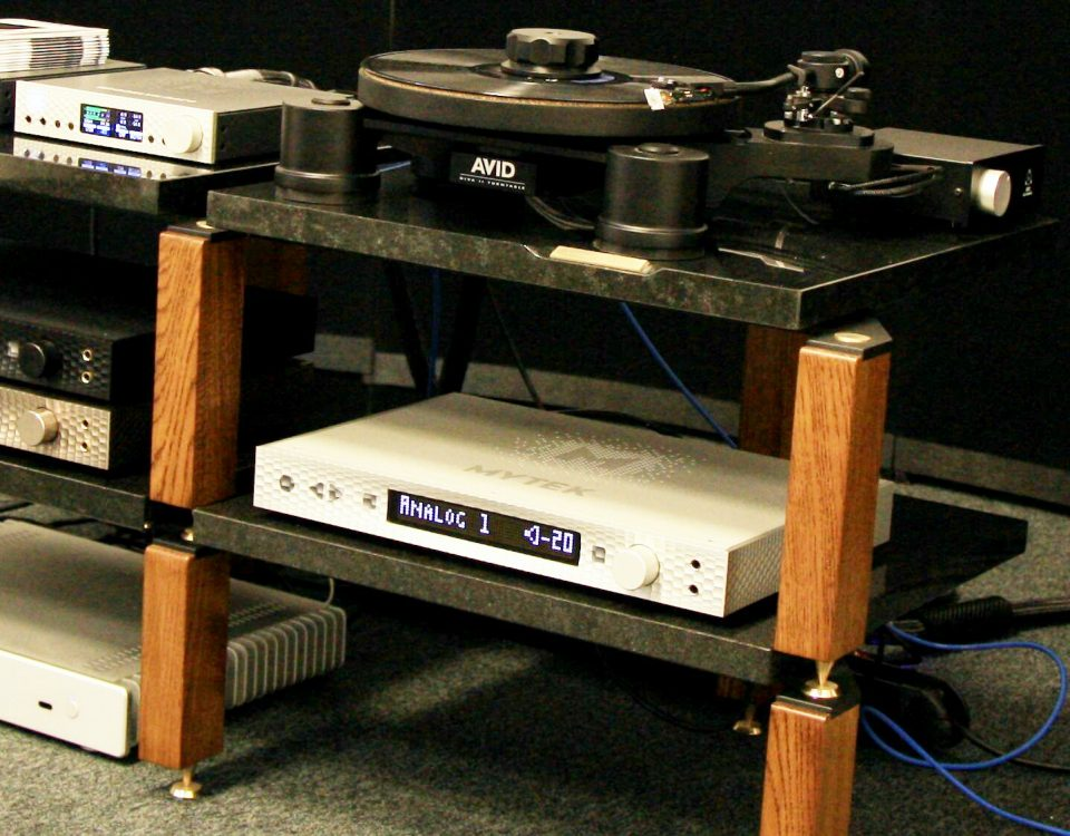 Stolik audiofilski ze sprzętem audio